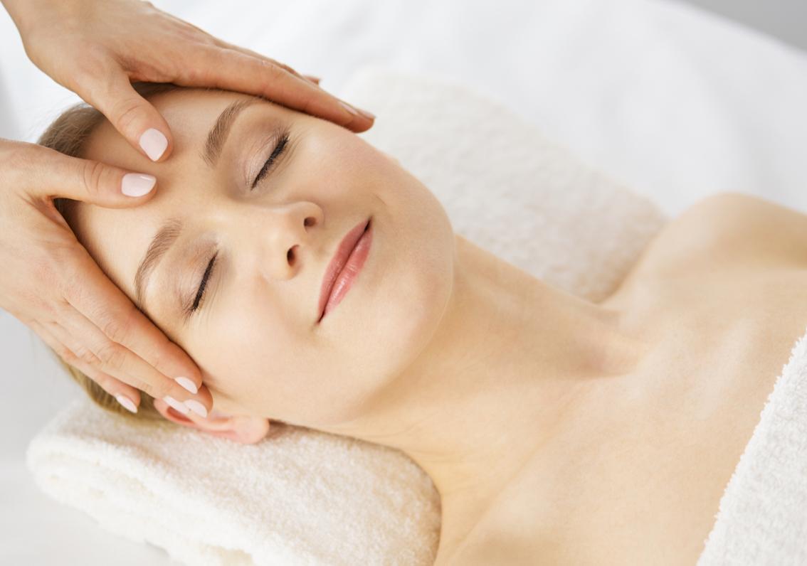 mujer recibiendo tratamiento de hidratación facial