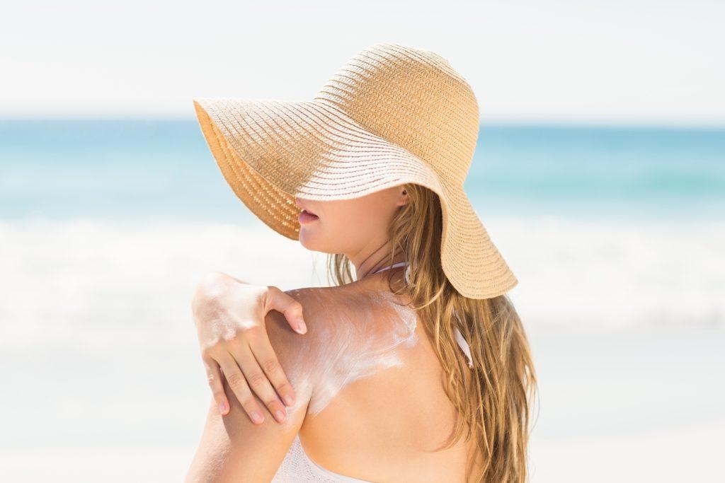 mujer bronceandose la piel