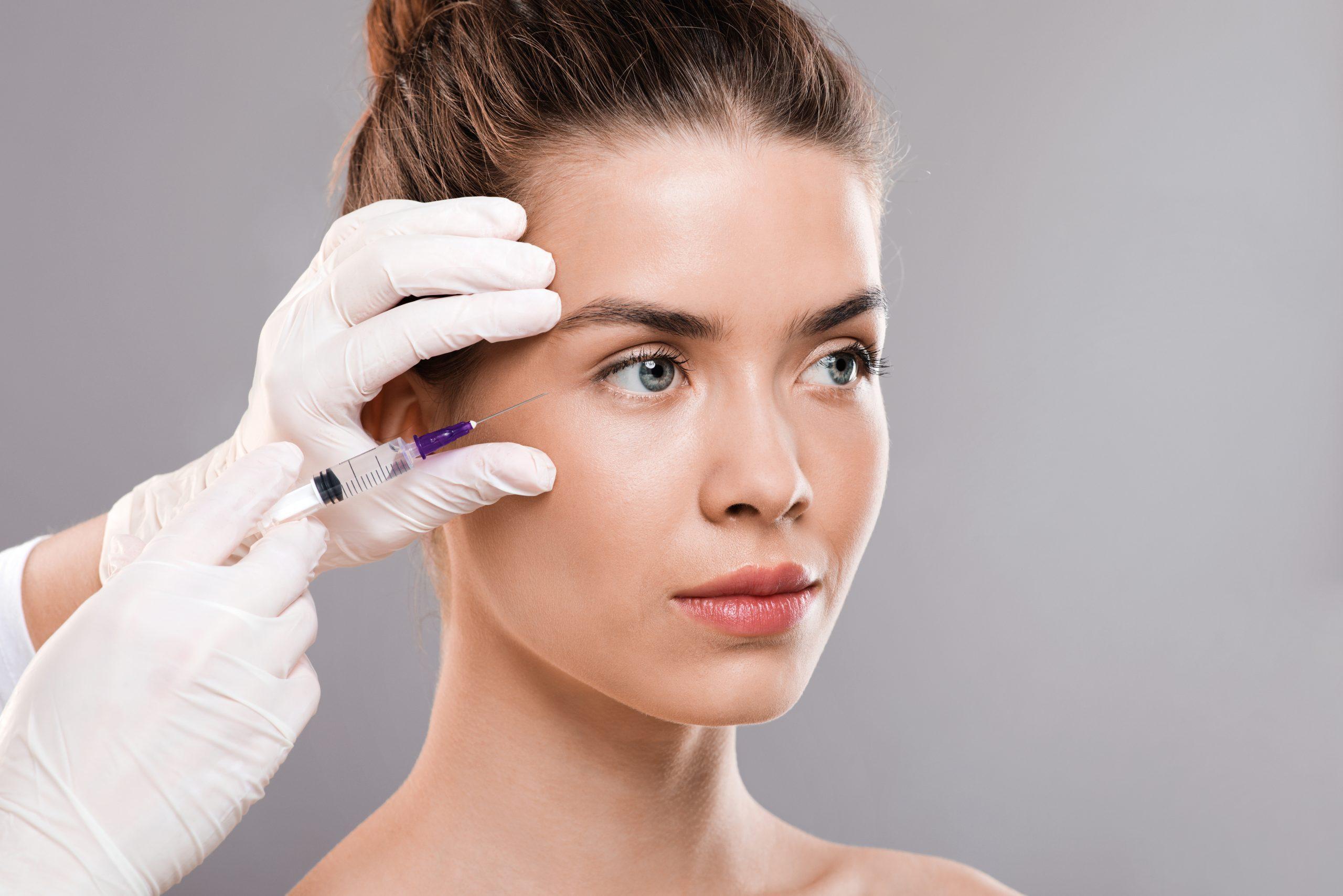 Mujer con tratamiento de ácido hialurónico para rejuvenecer la piel