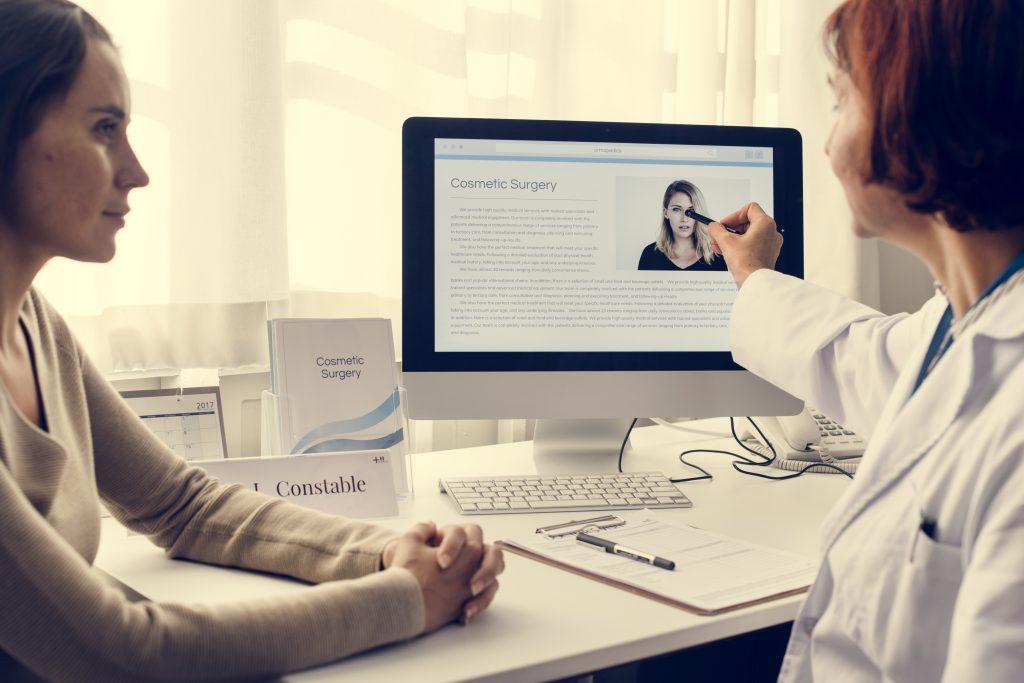 Cirujano aconsejando al paciente sobre la operación quirúrgica más adecuada para él