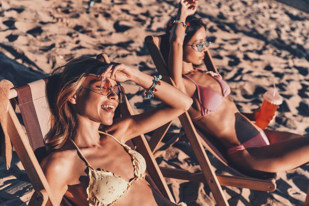 Mujeres disfrutando del sol durante el verano, incluso tras la cirugía estética