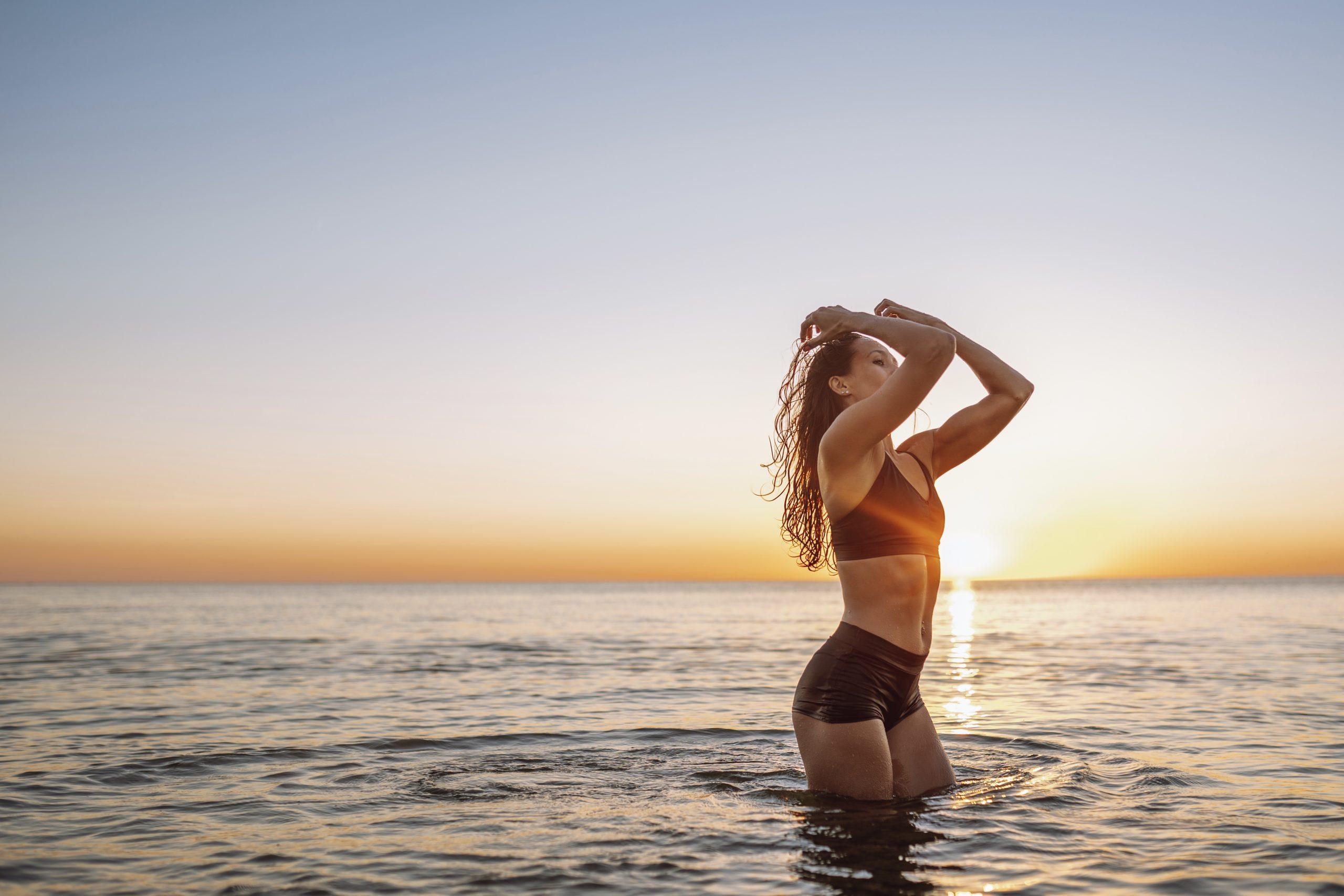 Mujer sana que se sometió a un masaje de drenaje linfático para reducir la hinchazón tras una liposucción