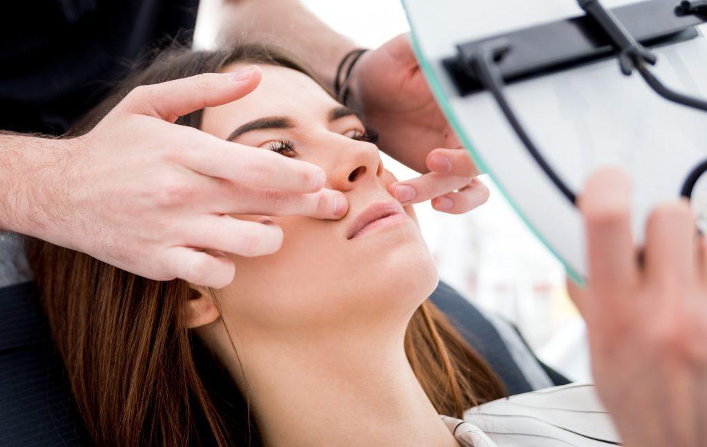 Mujer mira su aumento de labios con acido hialuronico
