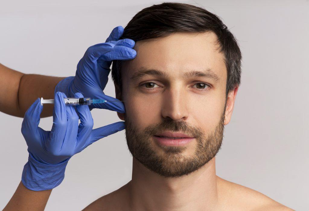 hombre se realiza cirugia estetica en la cara